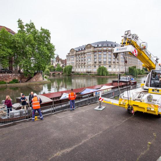 Déchargement de 200 tonnes de pavés au centre-ville de Strasbourg, Quai des Pêcheurs