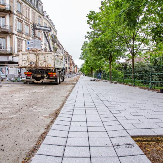 approvisionnement du chantier de voierie d'Eurovia, client de BTP Distribution de 1000 m2 de pavé de béton